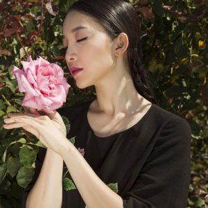 Linh Nga rực rỡ giữa vườn hoa hồng