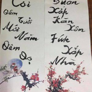 """PGS Bùi Hiền vừa viết đôi câu đối Tết bằng chữ """"tiếw Việt"""" cải tiến"""