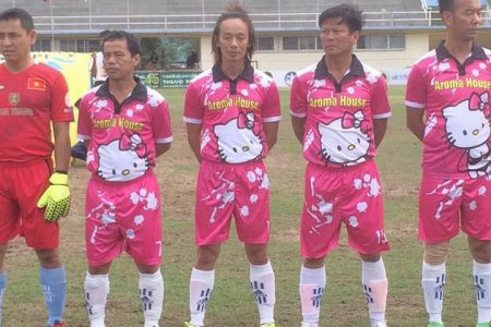 """Cộng đồng mạng được phen cười hết cỡ khi đội tuyển Việt Nam trở thành đội bóng """"quần hồng"""" cho """"Hello Kitty FC"""""""