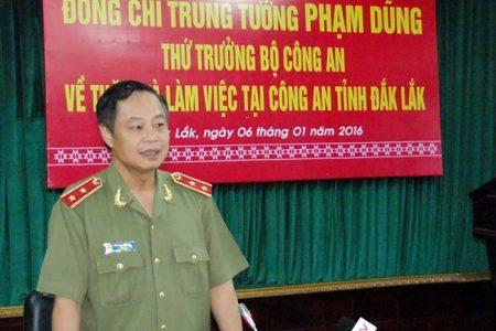 Generalleutnant Phạm Dũng gibt sich als vietnamesischer Vizepremier aus und trifft sich mit Tauchas Bürgermeister, um einen Tempelbau zu besprechen