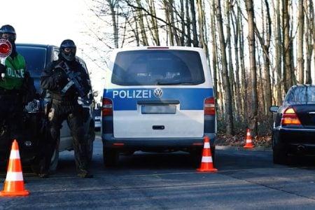 Cảnh sát liên bang Đức phát hiện 26 người Việt được giấu trong xe bus