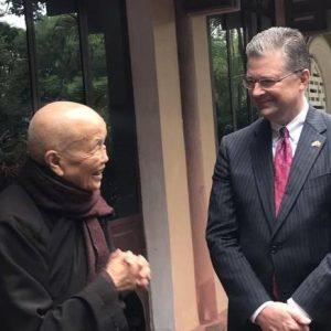 Đại sứ Mỹ Daniel Kritenbrink đến thăm Thiền sư Thích Nhất Hạnh tại chùa Từ Hiếu thành phố Huế