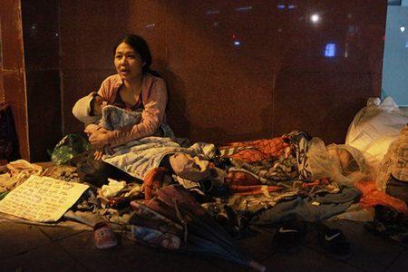 Nhiều người Việt Nam vô gia cư phải ngủ trên vỉa hè, co ro chống chọi cái rét khốc liệt
