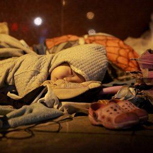 Viele obdachlose Vietnamesen müssen auf Bürgersteigen schlafen und zittern gegen die brutale Kälte