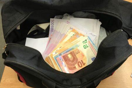 Cảnh sát Đức tóm gọn kẻ ăn cắp, trao lại túi tiền 9000 Euro cho người Việt Nam