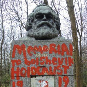 Bia mộ Karl Marx ở London sau khi bị tấn công bằng búa, giờ lại bị xịt sơn đỏ