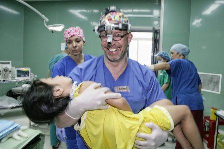 Bác sĩ từ Leipzig, CHLB Đức đang thực hiện ít nhất 100 ca phẫu thuật chỉnh hình miễn phí cho trẻ em Việt Nam