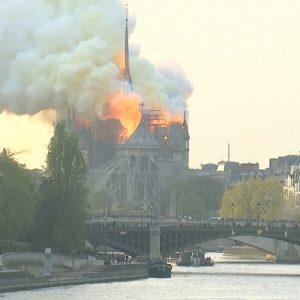 Nhà thờ Đức Bà – Paris bốc cháy dữ dội