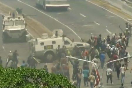 Xe bọc thép lao vào những người biểu tình ủng hộ Guaido