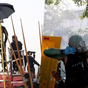 """Người biểu tình Hồng Kong dùng cung tên """"săn"""" cảnh sát"""