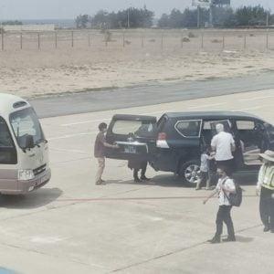 Phó bí thư Phú Yên chạy xe áp sát máy bay đón con
