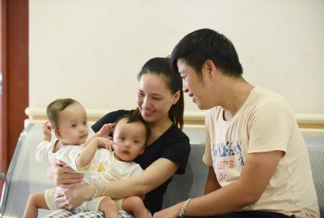 Phóng viên tác nghiệp trong ca mổ tách hai bé song sinh Diệu Nhi và Trúc Nhi