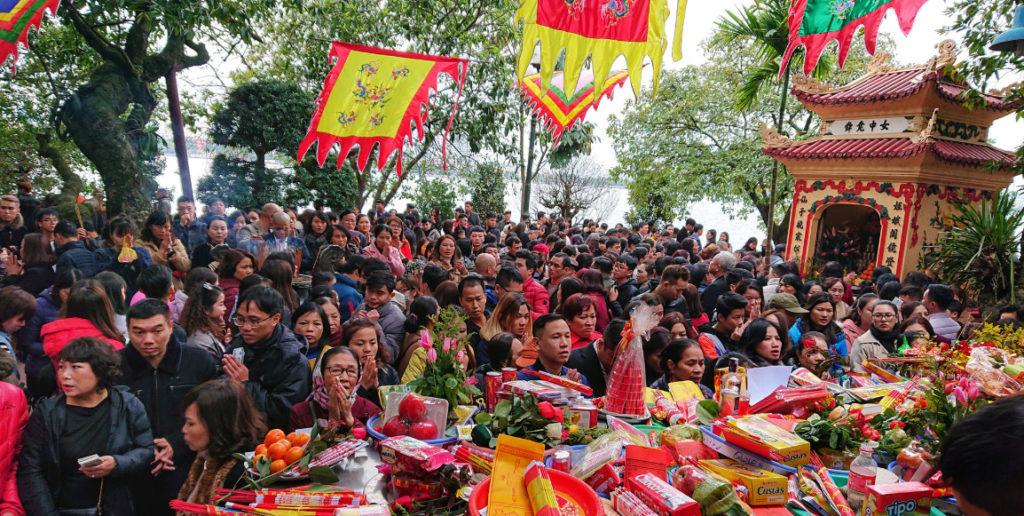 Hình minh họa. Người dân đi lễ chùa ở Hà Nội hôm 17/5/2011