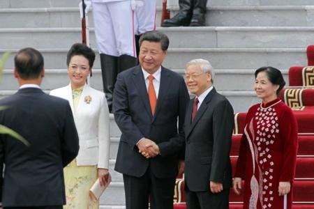 """Vì sao Nguyễn Phú Trọng lại phải """"báo cáo"""" với Tập Cận Bình?"""