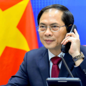 """Foreign ministers of Vietnam and China exchange """"frankly"""" about South China Sea issue"""
