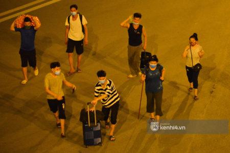 Hà Nội: Xót xa cảnh 30 công nhân xây dựng thất nghiệp, mò mẫm đi bộ hàng trăm km trong đêm rời Thủ đô về quê