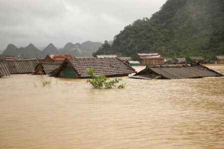 Miền Trung Việt Nam: Dịch chưa qua, bão sắp đến!